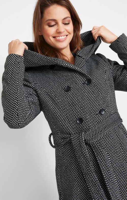 Čierno-biely kabát pre miernejšie zimy